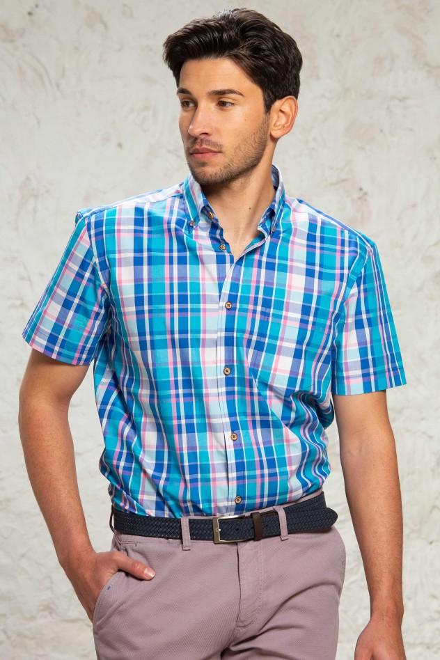 Camisa de cuadros en tono azul claro...